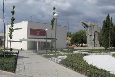 Polideportivo la mas mirasierra barrio del pilar madrid for Piscina municipal vicente del bosque
