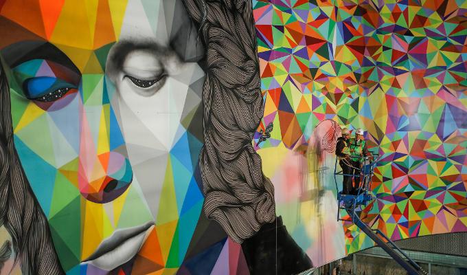 Mural de arte urbano en la estación de metro Paco de Lucía