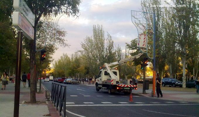 Montaje de la iluminación de las Fiestas del Barrio del Pilar 2014