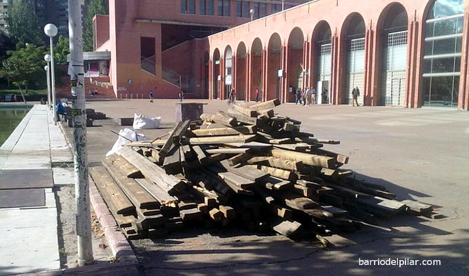 Retirada de lamas de madera del estanque del parque de La Vaguada