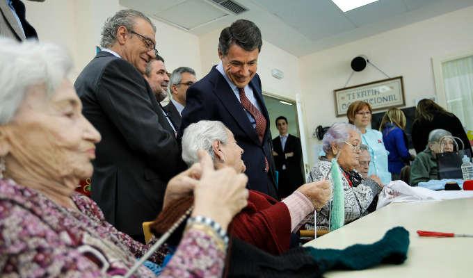 Ignacio González visita la residencia Nuestra Señora del Carmen