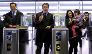 Ignacio González entrega la Tarjeta Transportes 2 millones