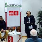 Antonio Carmona con los vecinos de Montecarmelo