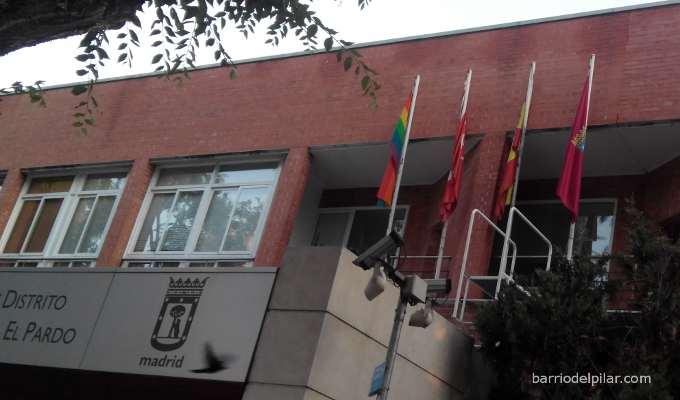 Bandera 'arcoíris' ondeando en la Junta Municipal de Fuencarral-El Pardo