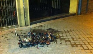 Lanzan carrito ardiendo contra portal del Barrio del Pilar