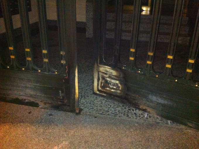 Daños de carrito ardiendo lanzado contra portal en el Barrio del Pilar