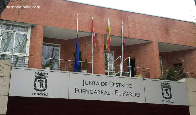 Bandera europea a media asta en la Junta Municipal de Fuencarral-El Pardo