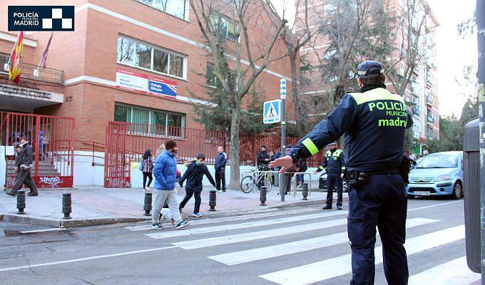 Agente de Policía Municipal controlando el acceso a colegio