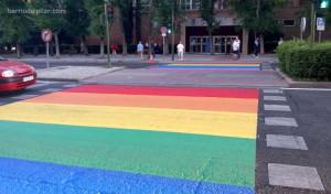 Paso de peatones semáforo Arcoiris Orgullo Gay
